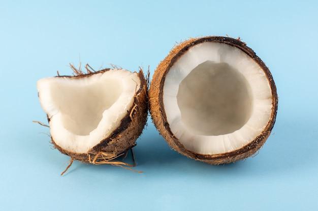Eine draufsicht kokosnüsse geschnittene milchig frische milde isoliert auf dem eisblau