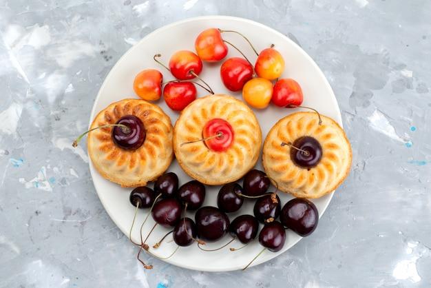 Eine draufsicht leckere kekse mit kirschen-keks-früchtetee