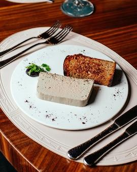Eine draufsicht mahlzeit innerhalb platte mit besteck auf dem braunen holztisch essen mahlzeit abendessen restaurant