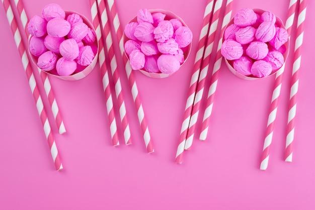 Eine draufsicht rosa, kekse köstlich mit stockbonbons auf rosa, kekskekszuckersüßigkeit