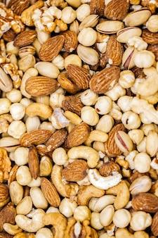 Eine draufsicht verschiedene nüsse zusammensetzung farbige nuss snack walnüsse