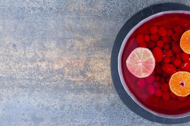 Eine dunkle pfanne mit rotem saft auf marmor. hochwertiges foto