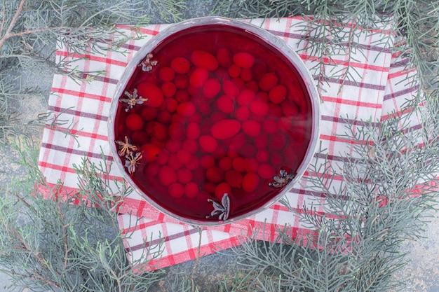 Eine dunkle pfanne mit rotem saft auf marmorhintergrund. foto in hoher qualität