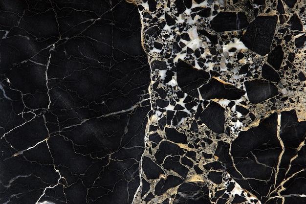 Eine dunkle teure marmorplatte mit gelben streifen namens new portoro.