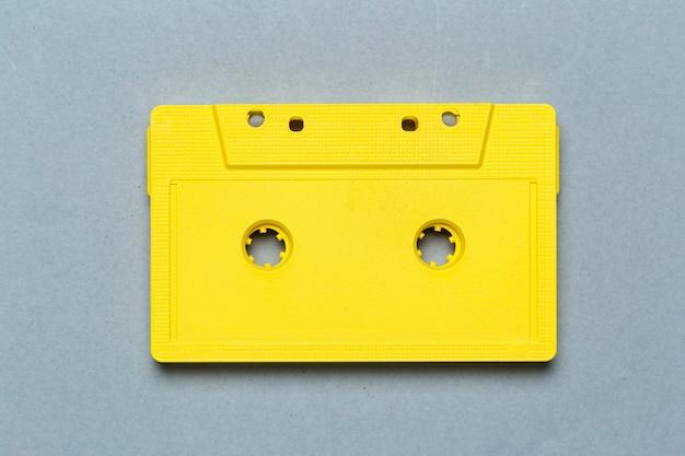 Eine einzelne retro- audiokassette auf hellgrauer, draufsicht