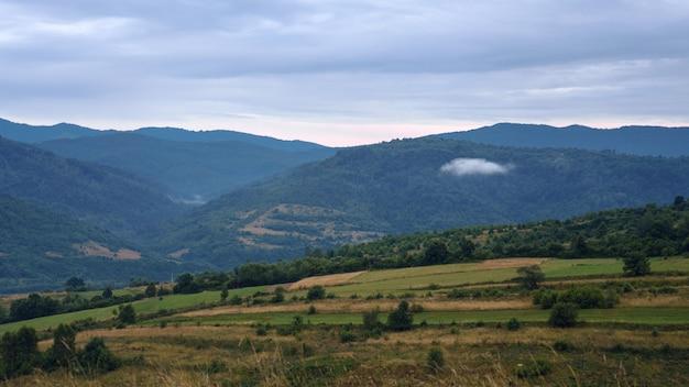 Eine einzige wolke zwischen bergen - karpaten im westen der ukraine