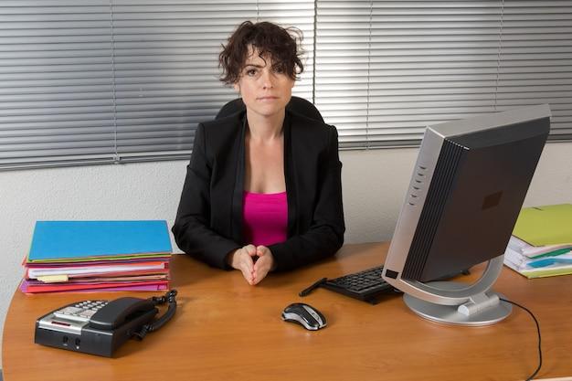 Eine entschlossene geschäftsfrau bei der arbeit