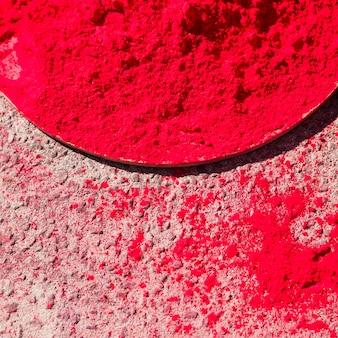 Eine erhöhte ansicht der roten holi farbe über der großen platte