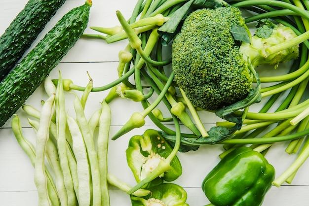 Eine erhöhte ansicht des gesunden grünen gemüses auf die tischplatte