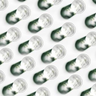 Eine erhöhte ansicht des wasserglasmusters mit schatten auf weißem hintergrund