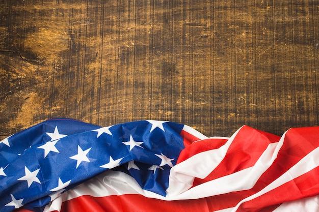 Eine erhöhte ansicht von usa-amerikanischer flagge auf holzoberfläche