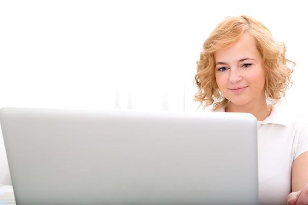 Eine erwachsene frau der übergröße, die im hauptbüro auf einem laptop arbeitet.