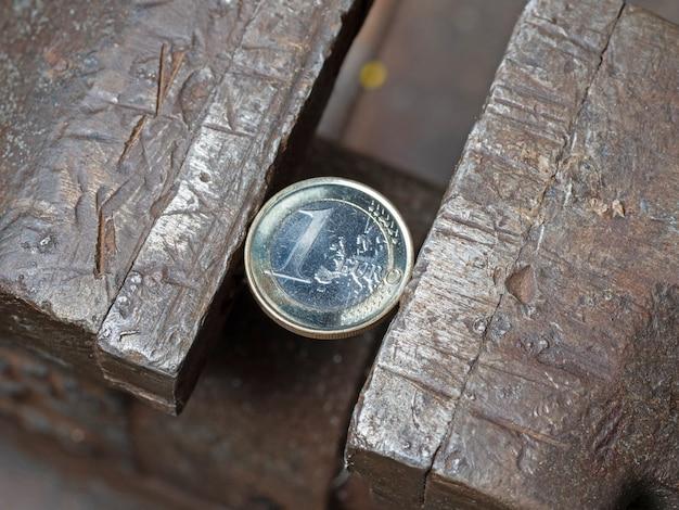 Eine euro-münze in einem metallgriff