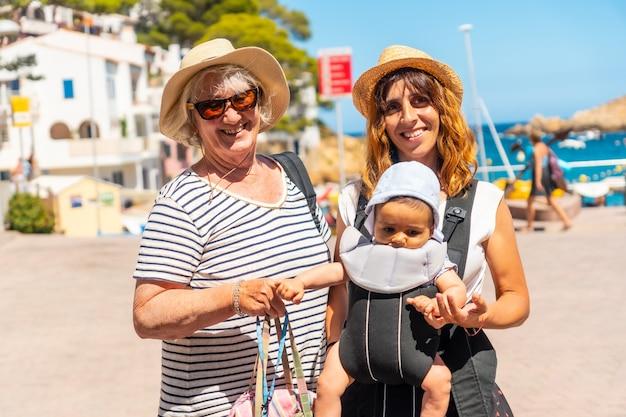 Eine familie am strand von sa tuna an der küste von begur im sommer, girona an der costa brava von katalonien im mittelmeer