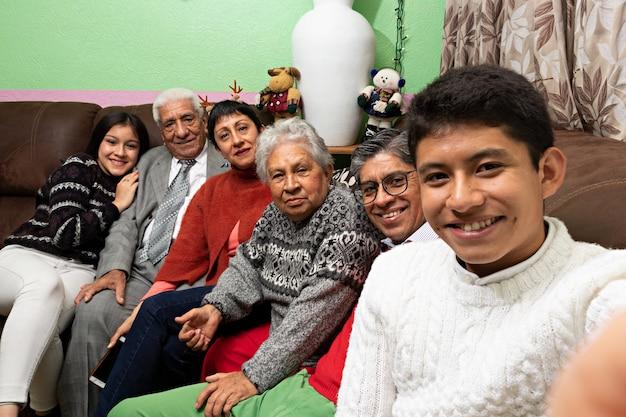 Eine familie, die zu weihnachten im haus der großeltern ein selfie macht