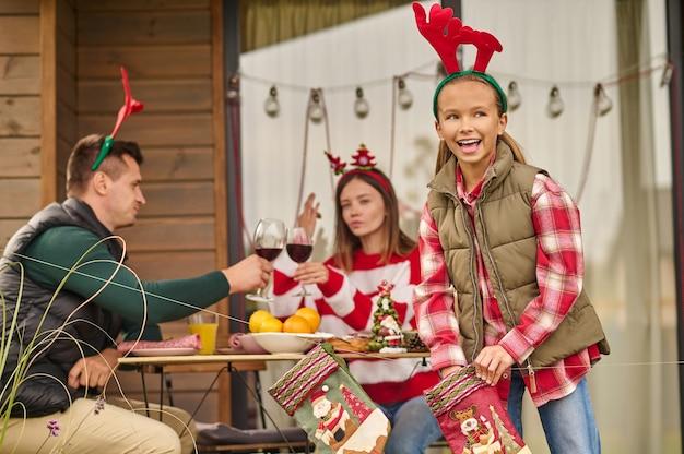 Eine familie feiert weihnachten im landhaus