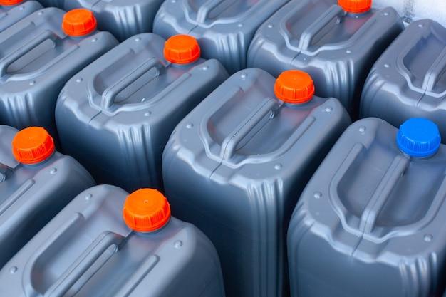 Eine farbe und form neue motoröl gallone auf dem ständer