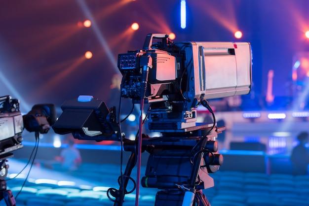 Eine fernsehkamera bei der aufnahme eines konzerts