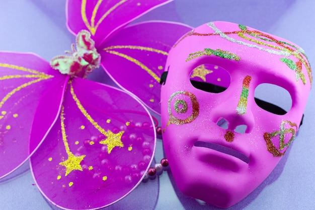 Eine festliche, schöne karnevals- oder karnevalsmaske auf schönem buntem papierhintergrund.