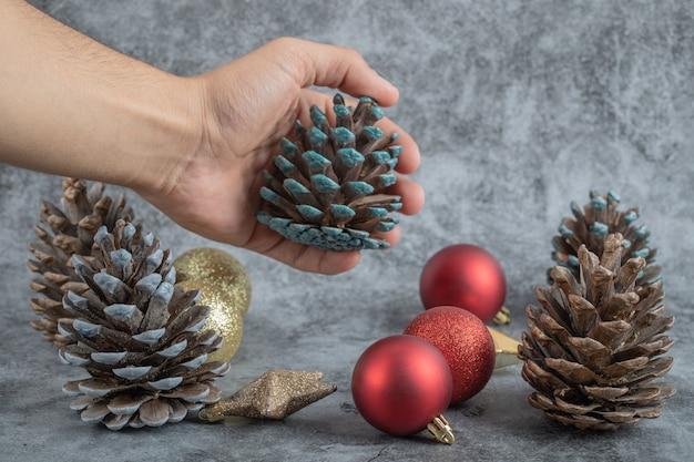 Eine figur aus dem vorrat an weihnachtsschmuck nehmen