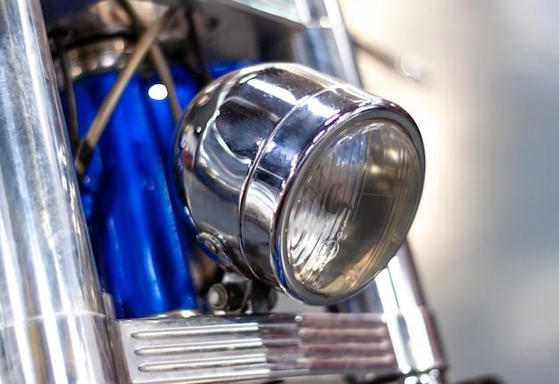 Eine flache fokusaufnahme des vorderen scheinwerfers des motorrads.