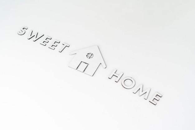 Eine flache, geschnittene buchstaben- und home-symbol-schild-ansicht von oben auf dem tisch