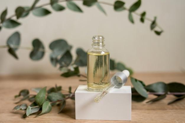 Eine flasche ätherisches öl mit frischen eukalyptusblättern