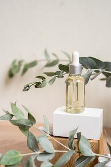 Eine flasche ätherisches öl mit frischen eukalyptusblättern Premium Fotos