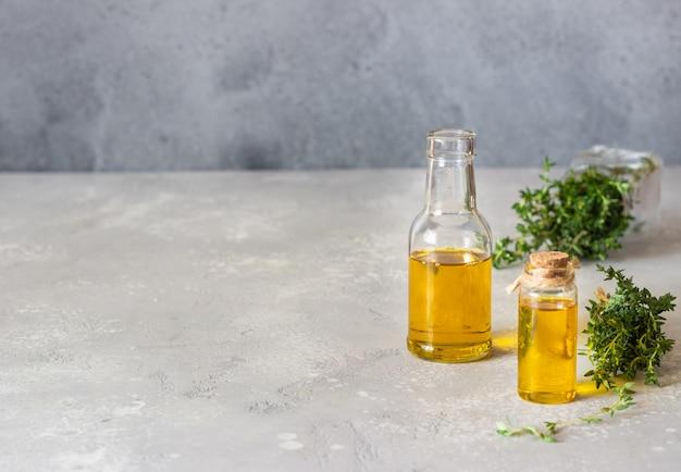 Eine flasche ätherisches thymianöl mit frischem thymian