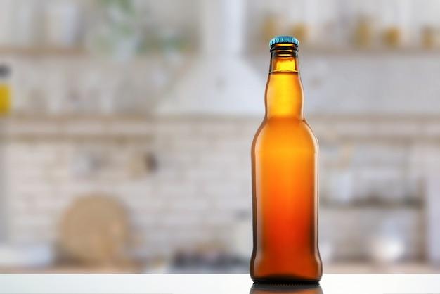 Eine flasche bier auf dem küchentisch