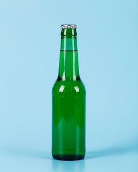 Eine flasche bier auf dem schreibtisch