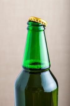 Eine flasche bier entkorkt
