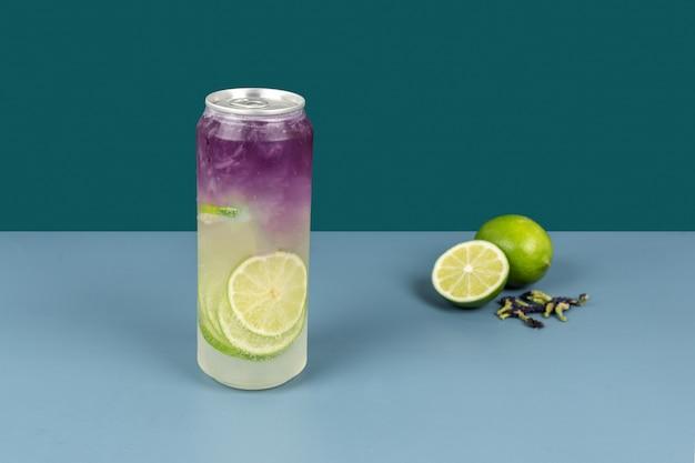 Eine flasche blumentee-getränk besteht aus zitrone und getrockneten blumen