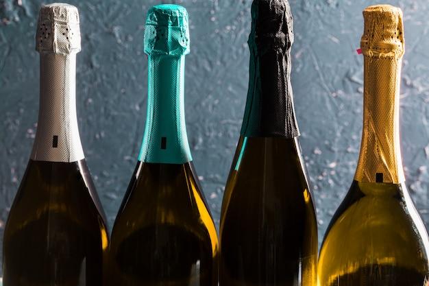 Eine flasche champagner auf dunkel