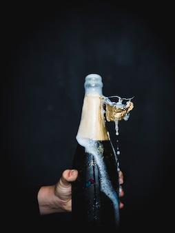Eine flasche champagner spritzen