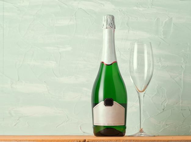 Eine flasche champagner und ein glas