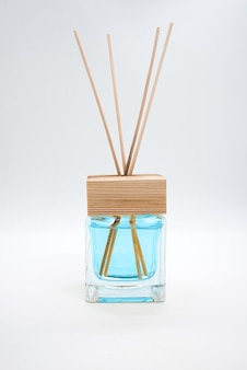 Eine flasche duftenden öldiffusor mit reedsticks