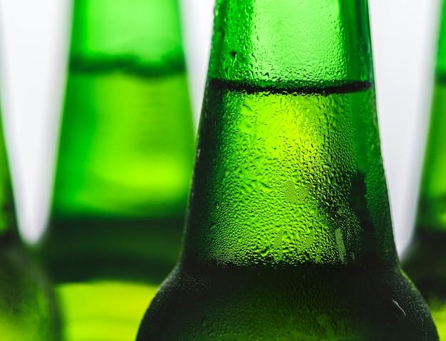 Eine flasche kaltes bier