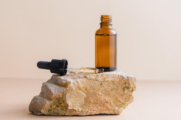 Eine flasche kosmetische flüssigkeit, hyaluronsäure oder serum für die natürliche hautpflege