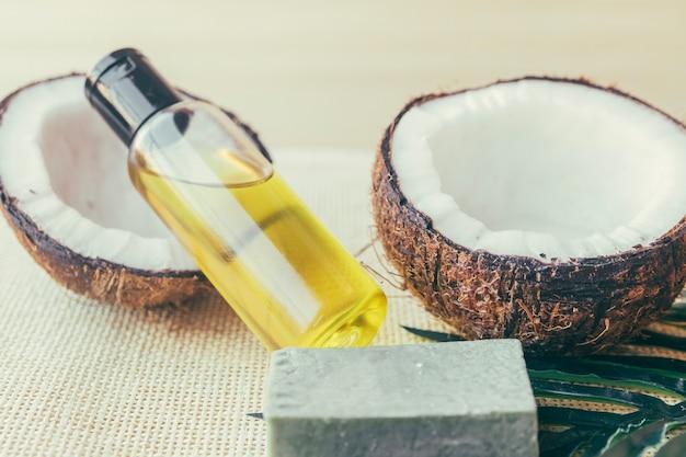Eine flasche lotion und kokosnüsse