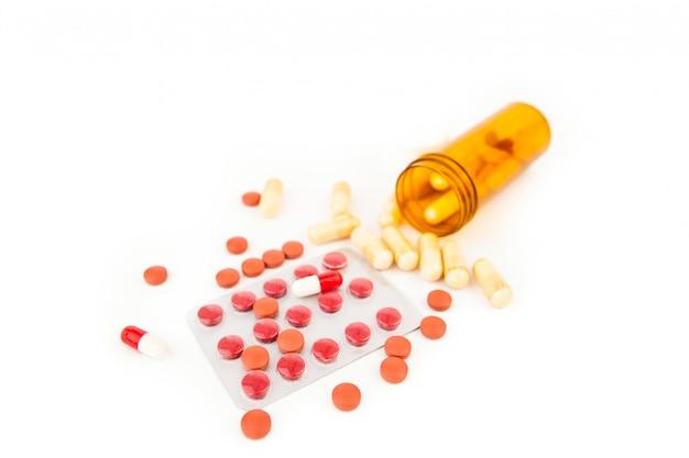 Eine flasche medikamente umgeworfen Premium Fotos