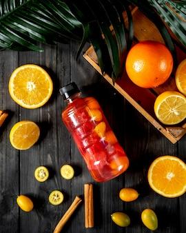 Eine flasche mit fruchtsaft
