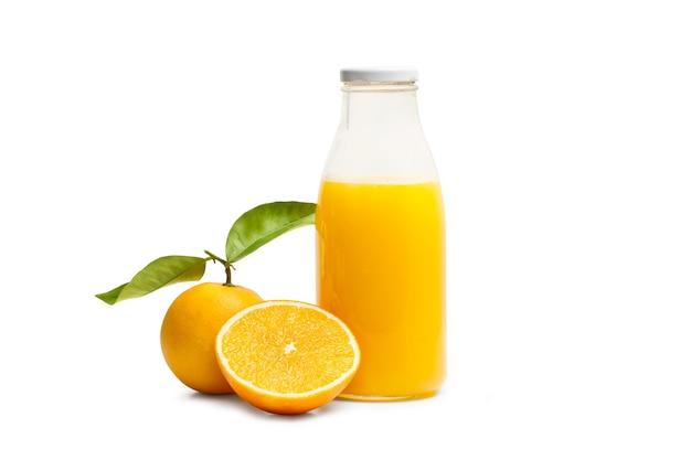 Eine flasche orangensaft und eine orange auf weißem hintergrund