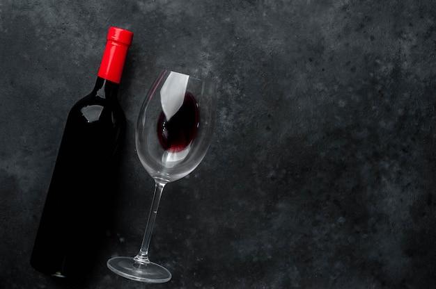 Eine flasche rotwein und ein glas wein. draufsicht mit kopierraum.