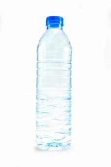 Eine flasche wasser auf weiß