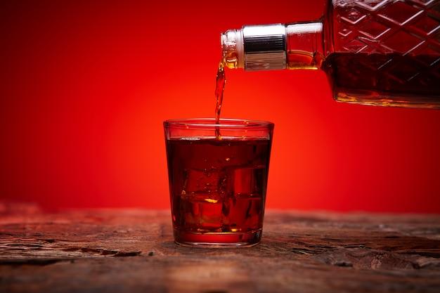 Eine flasche whisky und ein glas eis
