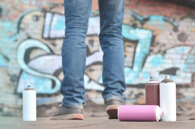 Eine fotografie einer bestimmten anzahl von farbdosen gegen den graf