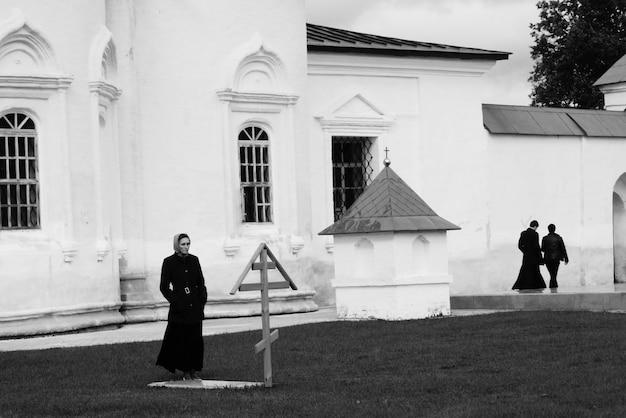 Eine frau besucht das grab im kloster.