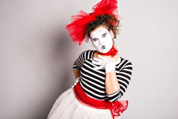 Eine frau clown pantomime posiert im studio, aprilscherztag konzept.