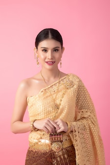 Eine frau, die ein altes thailändisches kleid trägt
